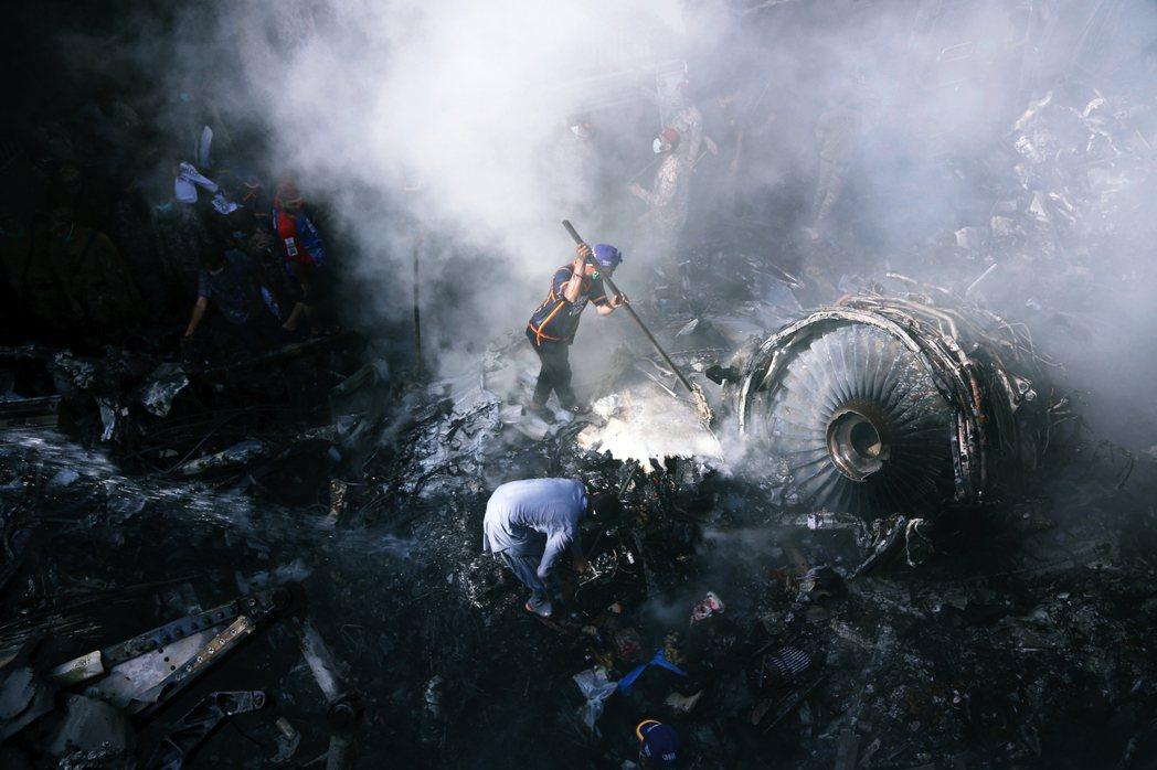 「本來是要返鄉過節的他們,卻在旅途的最後1,000公尺墜機...。」 圖/美聯社
