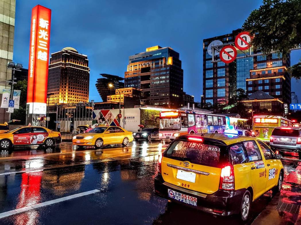 雨天由於能見度差,加上天雨路滑,行車應該放慢行駛速度。 圖/unsplash