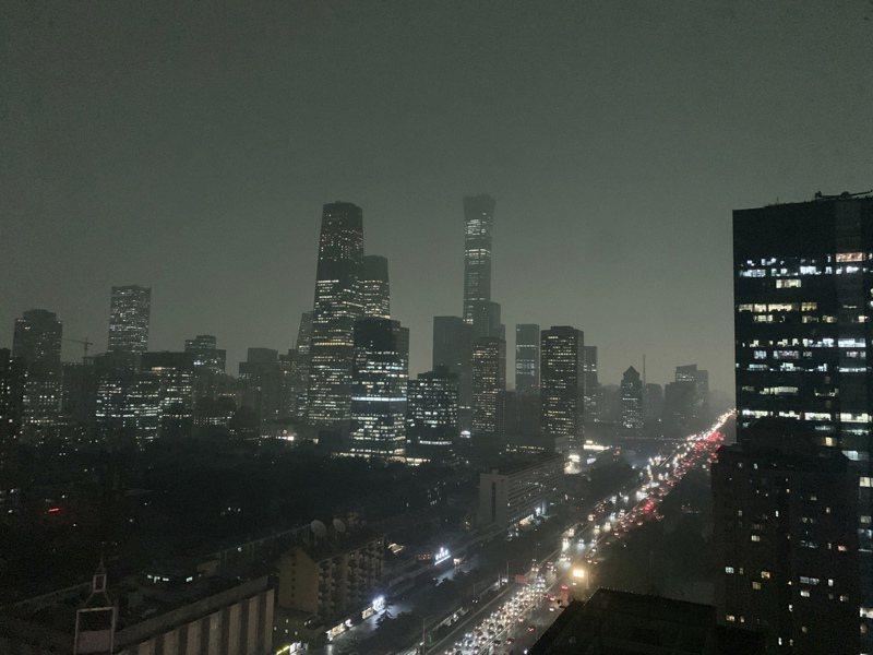大陸全國政協會議昨開議時,北京白晝如夜,暴雨傾盆雷電交加。(美聯社)