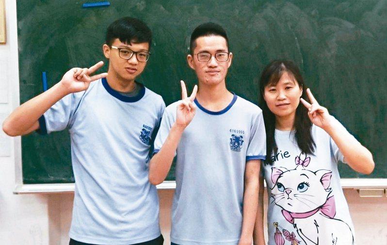 林欽輝(中)是高功能自閉症者,今年錄取四所大學。圖/前鎮高中提供