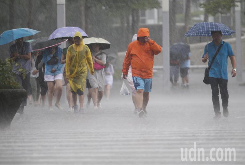 梅雨鋒面及西南氣流兩個系統合體,是正對台灣中南部來,因此中南部的降雨相當顯著。本報資料照片
