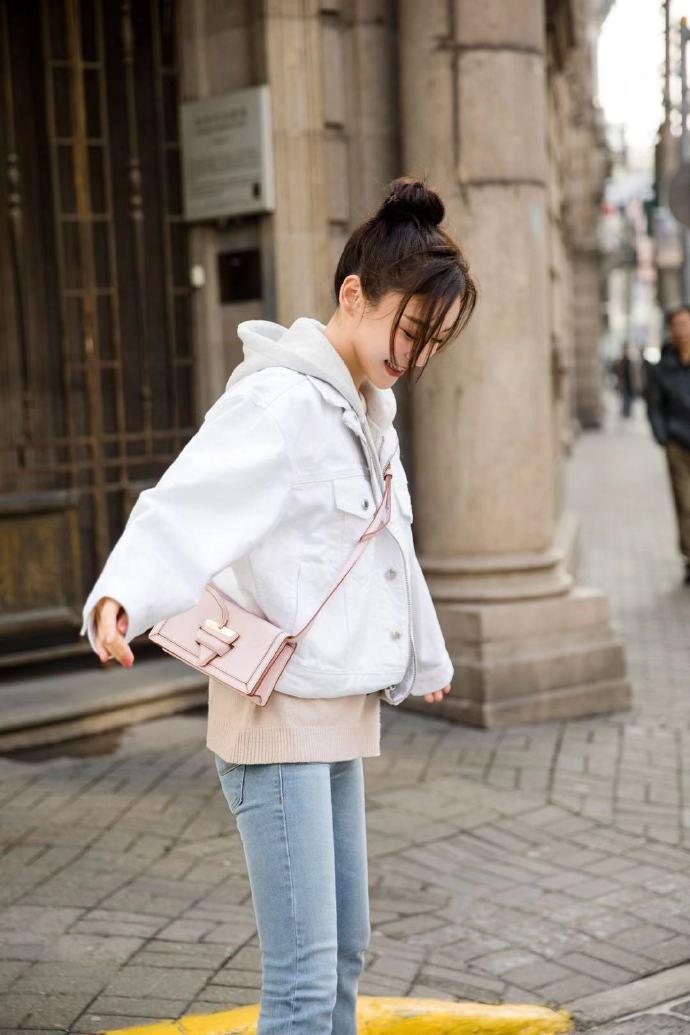 袁姍姍以LOEWE Barcelona Soft Bag搭出小旅行的氣氛。圖/取...