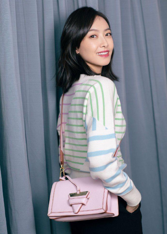 宋茜以LOEWE Barcelona Soft Bag穿出夏日清爽的視覺。圖/取...