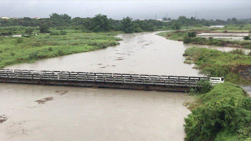 二仁溪溪水暴漲,農民使用居多的中路橋封閉通行。記者徐白櫻/翻攝