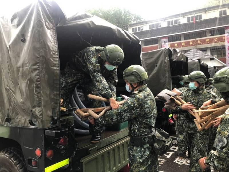 國軍協助屏東縣來義鄉展開預防性撤離。圖/國軍提供