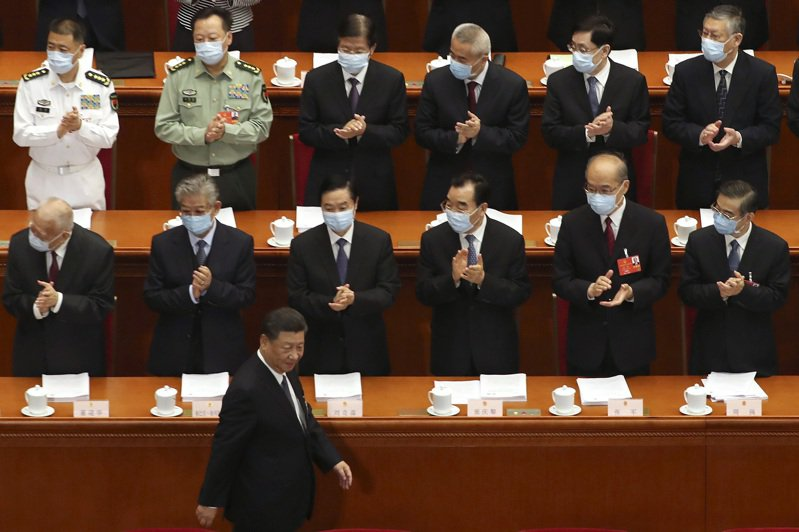 中國大陸國家主席習近平(前)進場時未戴口罩。美聯社