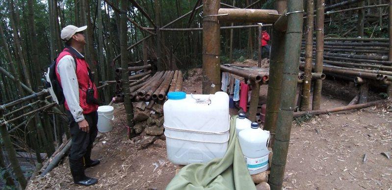 溪頭園方近來發現遊客竟私自砍竹搭棚休憩,竹寮內鍋碗爐具一應俱全。圖/台大實驗林提供