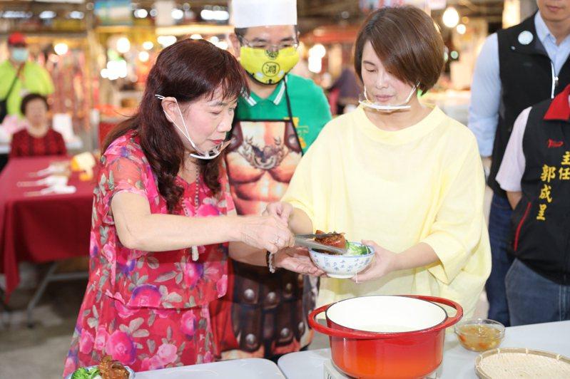宜蘭市長江聰淵的太太邱鈺珊(右)、出嫁的二姊江惠珠,今天選在閏四月的前一天,一起為婆婆媽媽煮碗豬腳麵線,江聰淵與二姊煮麵線、邱鈺珊燙青菜。圖/宜蘭市公所提供