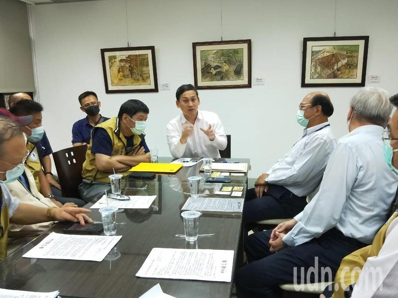 新北市議員葉元之(中)昨找來環保局與業者舉行協調會。記者江婉儀/攝影