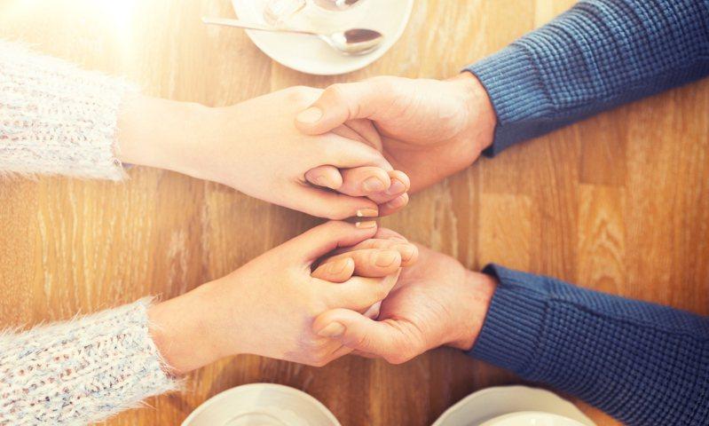不一定要刻意過什麼節或紀念日,從平淡的生活中,也能讓對方感受到「愛」。示意圖/ingimage 提供
