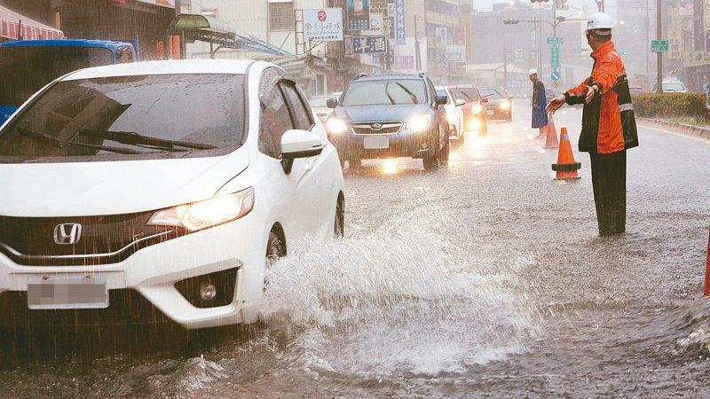 涉水行車 高雄市區今天上午降下豪大雨,造成許多路面積水,楠梓右昌路一帶積水嚴重,車輛都要涉水而過。記者劉學聖/攝影