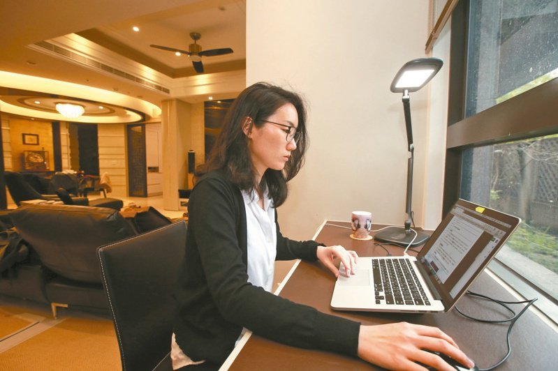 新冠肺炎疫情改變了許多生活習慣,上班族被安排居家工作,利用網路連線視訊開會。本報資料照片