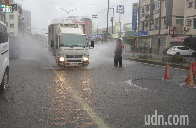 豪雨狂炸高雄,北高雄陸續傳出路面淹水災情,有民眾哀嘆,「還不是淹了,每年都淹」。 記者劉學聖/攝影