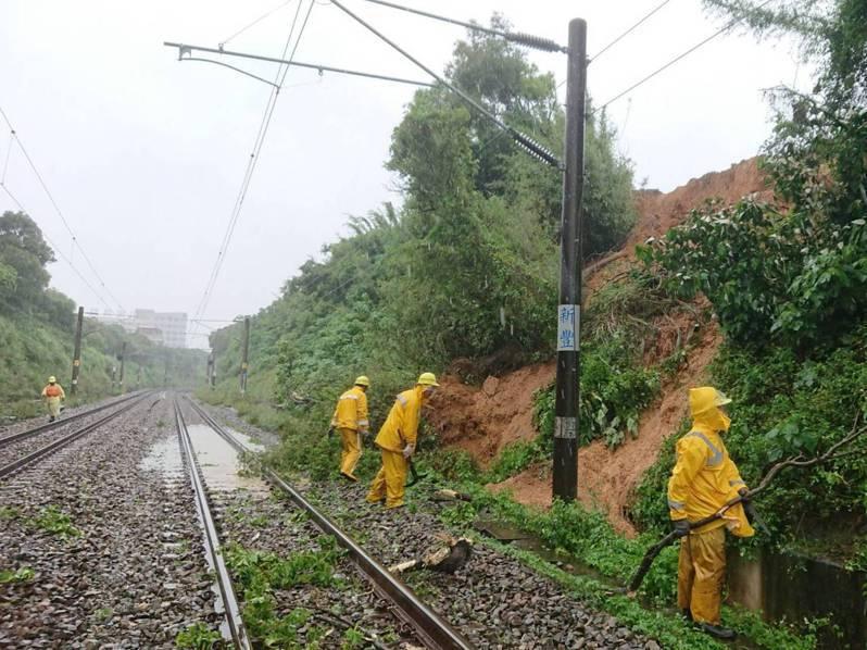 新竹地區雨勢不停,台鐵指出,新竹縣新豐站至竹北站間東線因豪雨致土石滑落侵入至路線內影響,列車有延誤情形,經台鐵派員搶修,目前已恢復正常通行。圖/台鐵提供