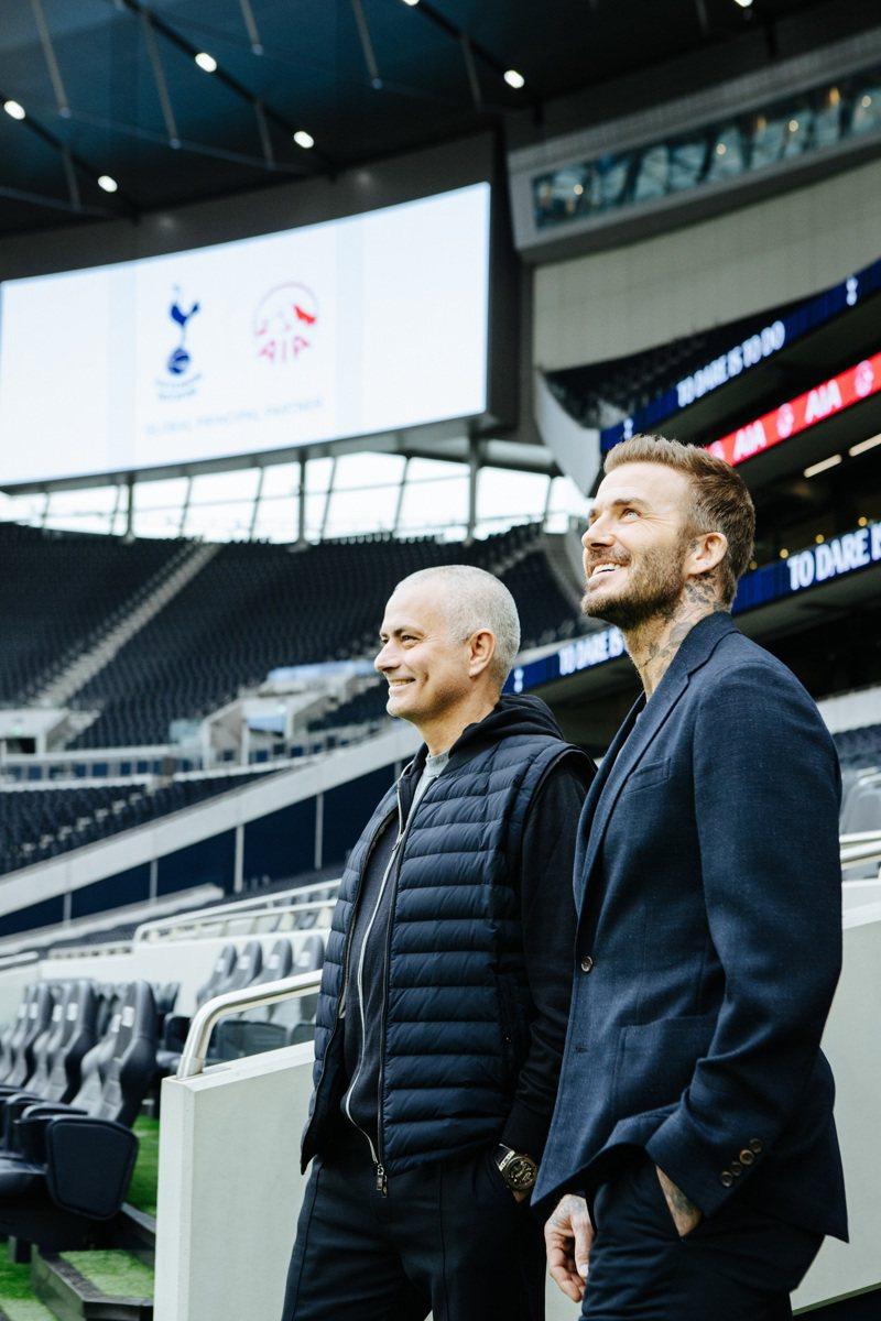 貝克漢(右)與熱刺總教練穆里尼歐 (Jose Mourinho) 於熱刺球場,探討球員精神狀態及健康在決定賽事成功的重要性。友邦保險/提供
