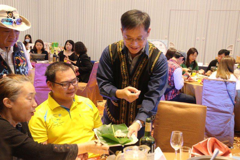 台東在地觀光旅遊業者在禾風新棧渡假酒店舉辦的媒合推介會中,讓踩線團成員品嘗道地原民風味餐。記者尤聰光/翻攝
