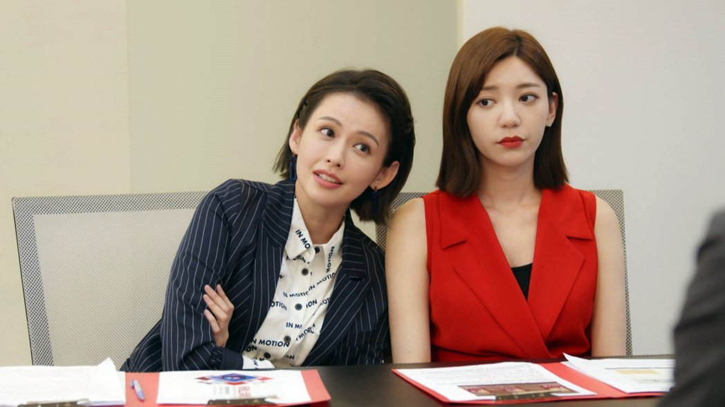 郭雪芙(右)、袁艾菲共同演出「我們不能是朋友」。圖/TVBS提供