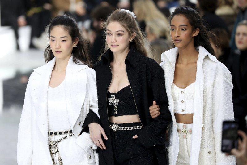 美國時裝設計師協會(CFDA)與英國時裝協會(BFC)21日發布聯合聲明,呼籲時尚產業重新思考與重新設定所有人工作與展示商品的方式,圖為今年巴黎時裝周。美聯社