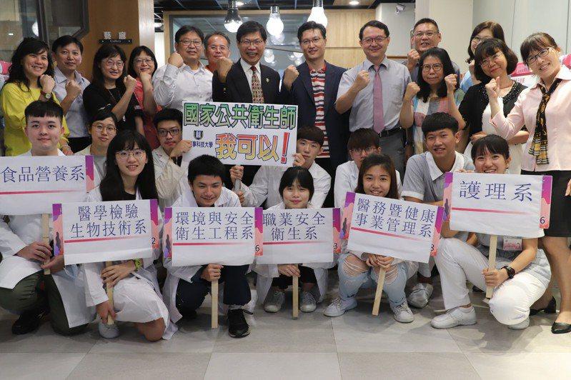 新生申請入學中華醫大人數創新高,環安、護理系報到率破100%。圖/校方提供