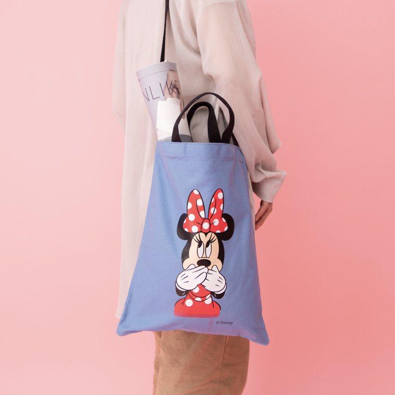 消費滿額6,000元,即贈送可拎可背的「米妮限定愛逛街萬用牛仔帆布包」。圖/雅詩蘭黛提供