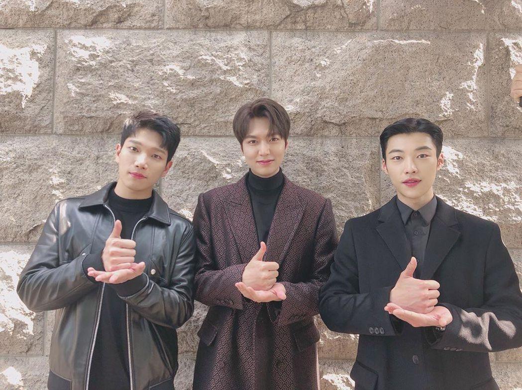 金景南(左起)、李敏鎬、禹棹煥為醫護人員加油。圖/摘自IG