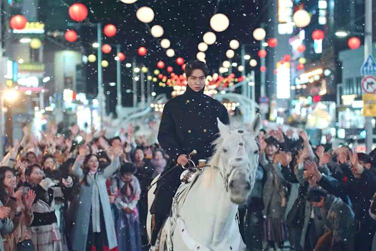 李敏鎬在劇中不時穿上長版軍風外套,一展「君主」英姿。圖片 / 翻攝自Netfli...