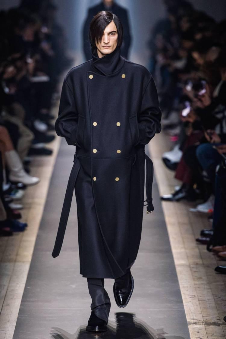 李敏鎬在「永遠的君主」中也曾穿上這件dunhill 2019年秋冬款式的軍風長大...