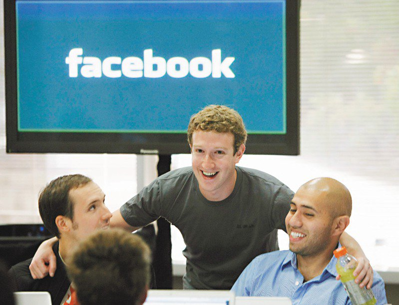 臉書執行長祖克柏(中)21日宣布,未來5到10年,半數員工將採遠距工作。美聯社