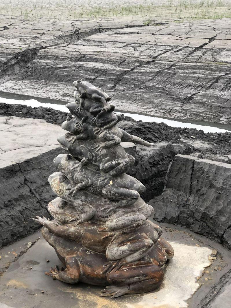 日月潭水位在今年五月初降到15年最低,著名的地標九蛙「全都露」逾月,當時中部水情供水正常。 記者江良誠/攝影