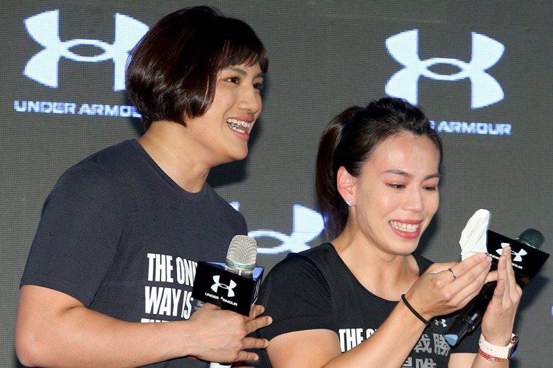郭婞淳(右)在談到家人對她的一路支持時,一度感性落淚。記者余承翰/攝影