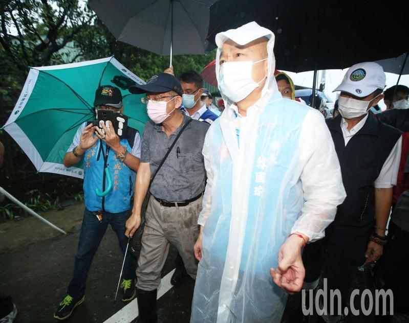 高雄市長韓國瑜下午前往視察,得知更換抽水機需一億五千萬,費時一年,當場指示找經費處理,他說,「這樣子淹水,老百姓沒辦法去接受」。記者劉學聖/攝影