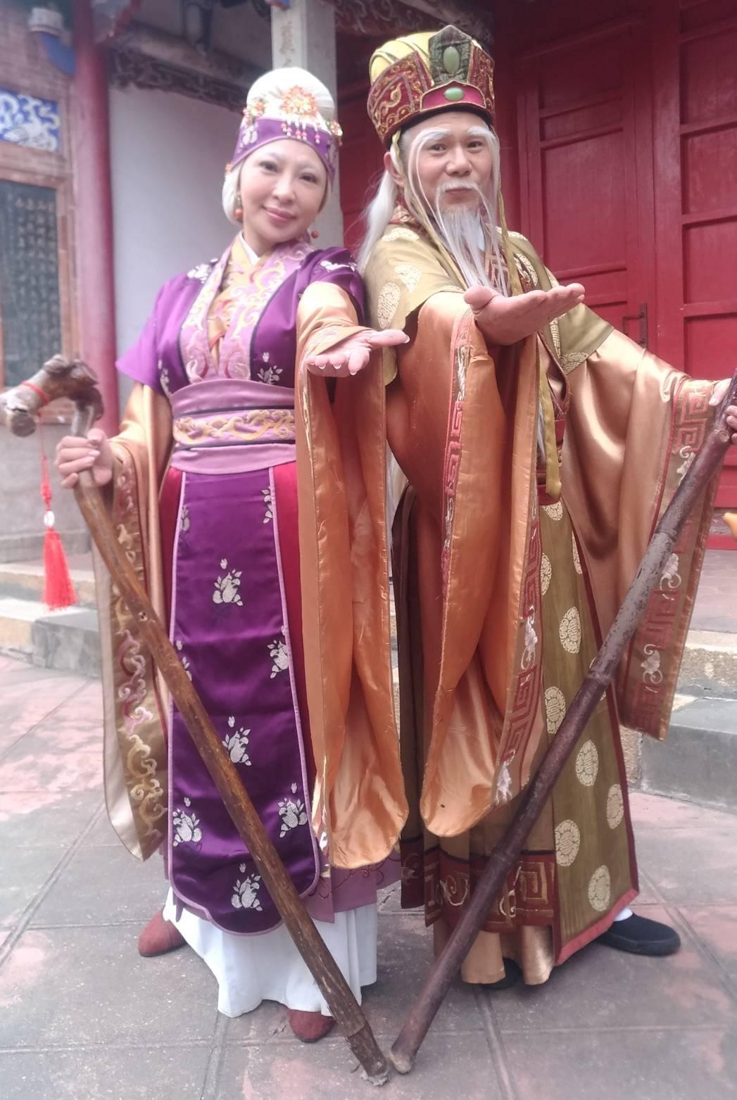 妞妞(左)、周明增在「戲說台灣」飾演土地婆、土地公,大受歡迎。圖/酷思玩創意提供