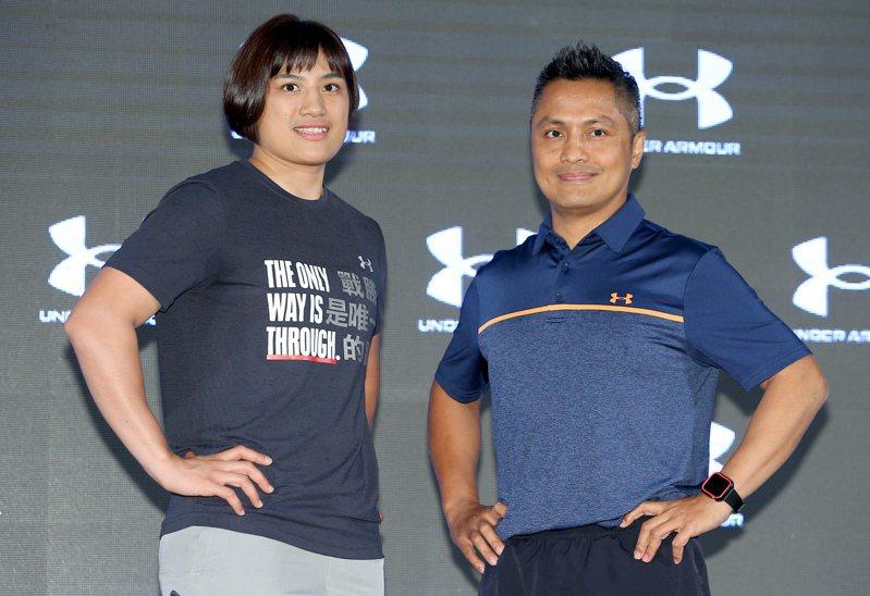 陳念琴(左)與教練柯文明(右)出席運動品牌記者會。記者余承翰/攝影