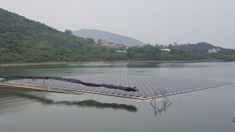 台電計畫在苗栗縣永和山水庫開發太陽能光電工程,引起地方反彈,圖為南部阿公店水庫光電工程施工情況。報系資料照