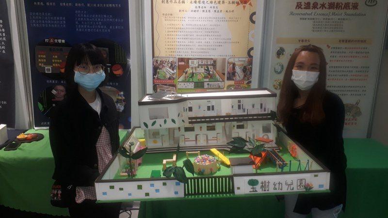 邱秀月指導幼保系學生設計展示「理想幼兒園」模型。記者周宗禎/攝影