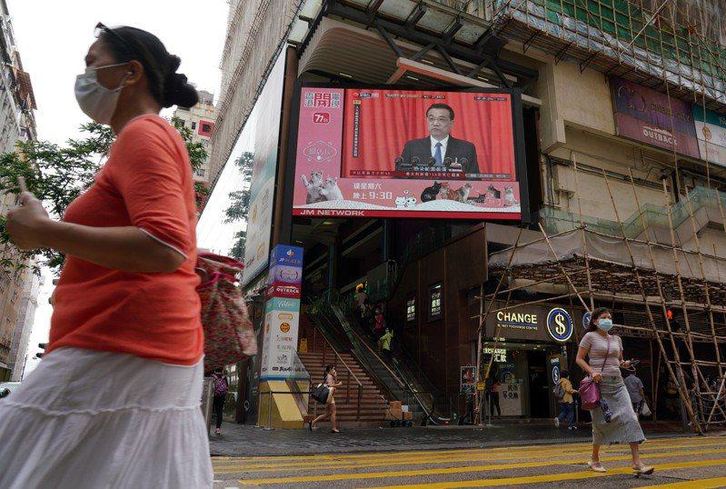 大陸國務院總理李克強今年在全國人大上的政府工作報告,是歷屆以來首度未提出年度經濟增長目標,圖為香港街頭大螢幕播放李克強總理作報告。中新社