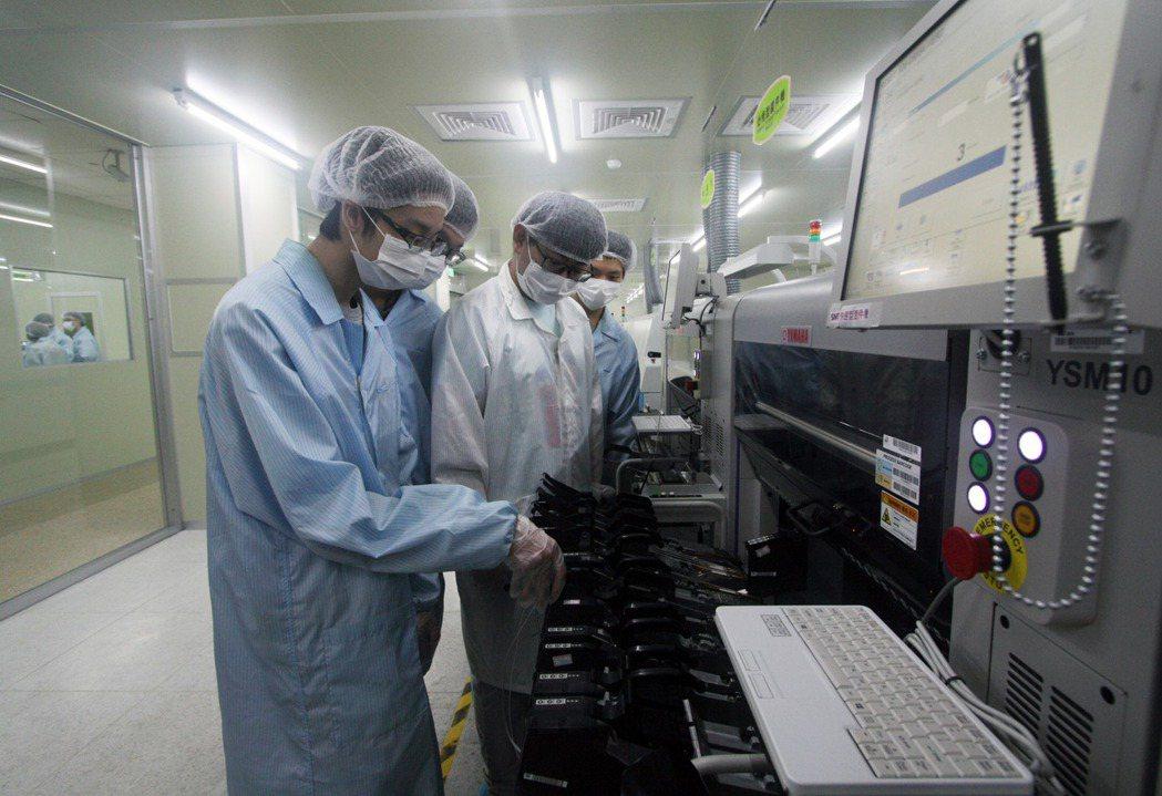 龍華科大3D數位電路板暨智慧製造類產線工廠,提供學子PCB產線實作場域。龍華科大...