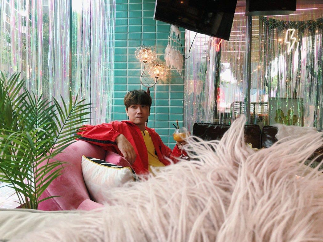 宇宙人主唱小玉在咖啡廳網美魂上身。圖/相信音樂提供