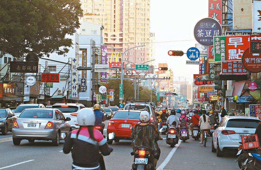 台南市東門商圈擁有交通優勢,搭配完善的生活機能和優質學區,近兩年房價扶搖直上。記...