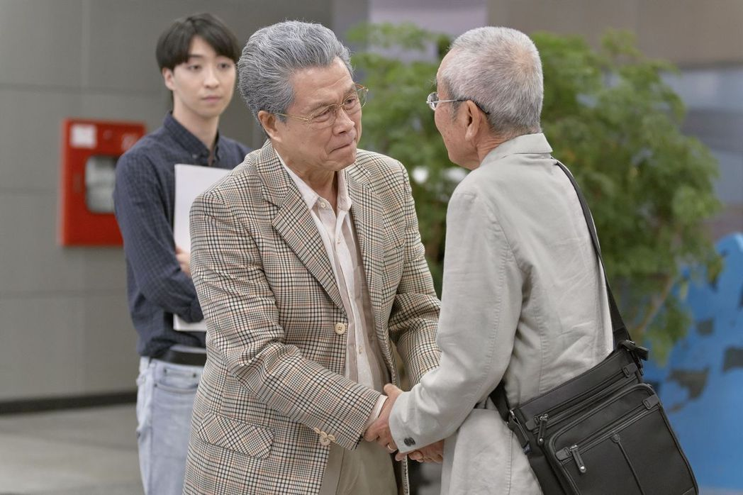 楊烈(左)、高橋長英詮釋闊別60年重逢場面,情感濃烈令人動容。圖/公視提供