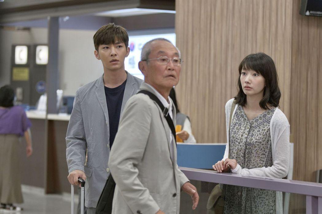 「路~台灣Express~」劇中,炎亞綸(左起)、高橋長英、波瑠拍攝機場戲。圖/...