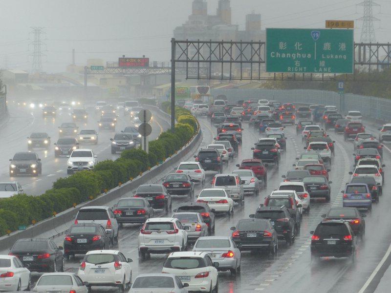 國道上未保持安全距離,極容易發生車禍,天雨時尤須注意。 圖/聯合報系資料照片