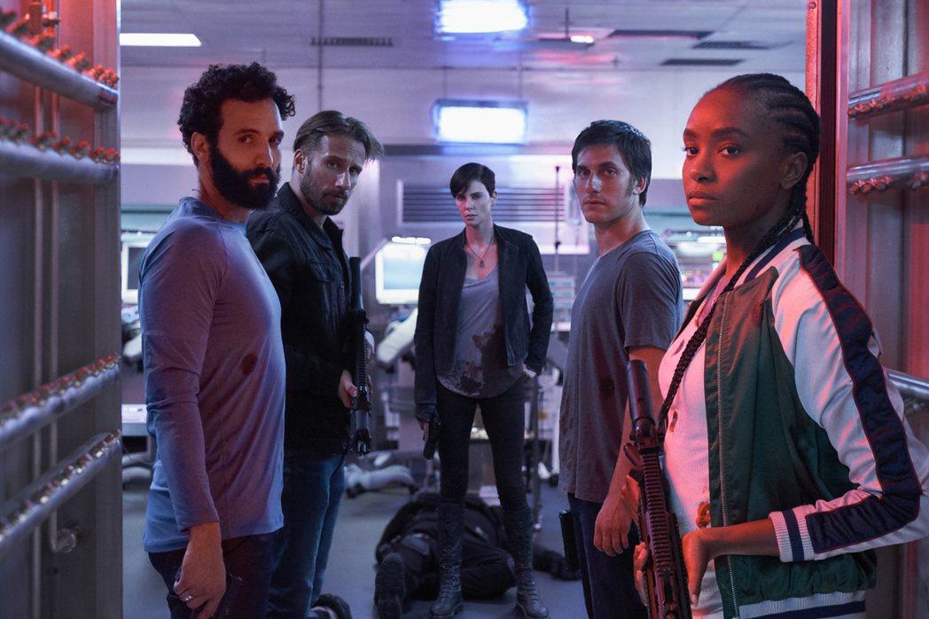 莎莉賽隆(右3)率領其他四位同樣有著自癒超能力的殺手組成「不死軍團」。圖/Net