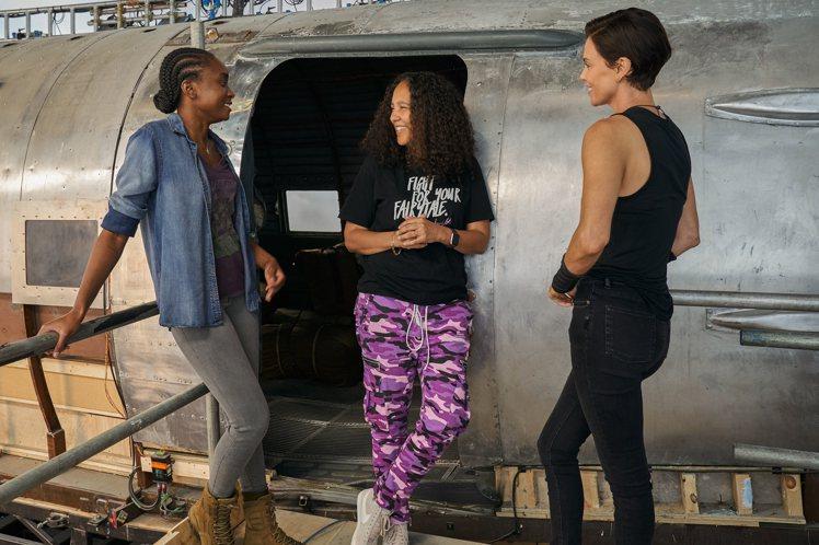 奧斯卡影后莎莉賽隆(右1)邀請好萊塢女導吉娜普林斯貝瑟伍(右2)與女星基基萊恩(...