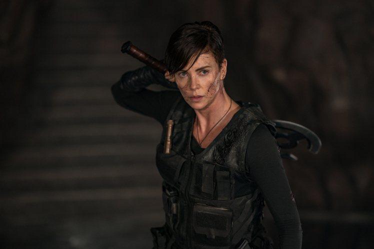 莎莉賽隆在「不死軍團」化身超級英雄,帥氣炸裂宛如女版金鋼狼。圖/Netflix提...