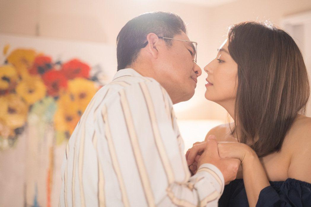 「姊妹們 追吧」戲中,洪都拉斯(左)、阿喜幻想吻戲。圖/東森提供