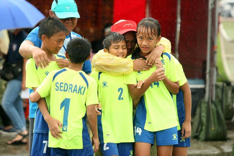 屏東高士國小在PK賽獲勝後取得晉級資格,全隊抱在一起哭。圖/迷你足球協會提供