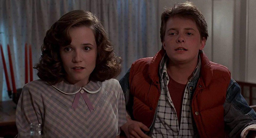 莉亞湯普遜與米高福克斯在「回到未來」中的對手戲很逗趣。圖/摘自imdb