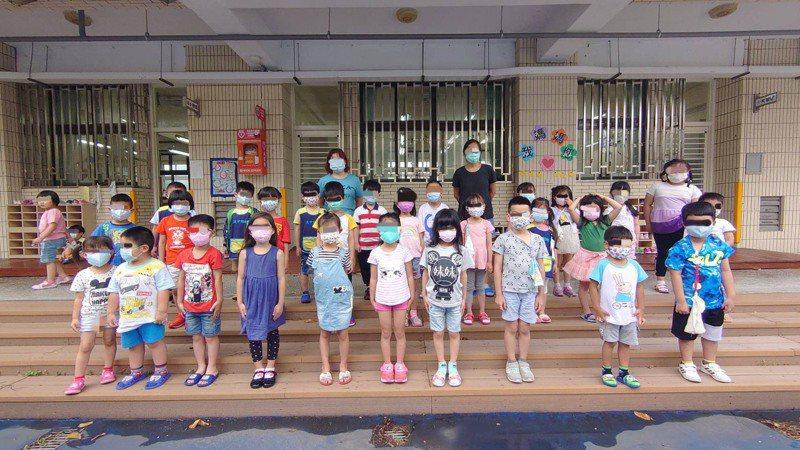 新北議員表示,有幼兒園禁止畢業班拍團體照,或要求戴口罩才可合影。 圖/張錦豪提供