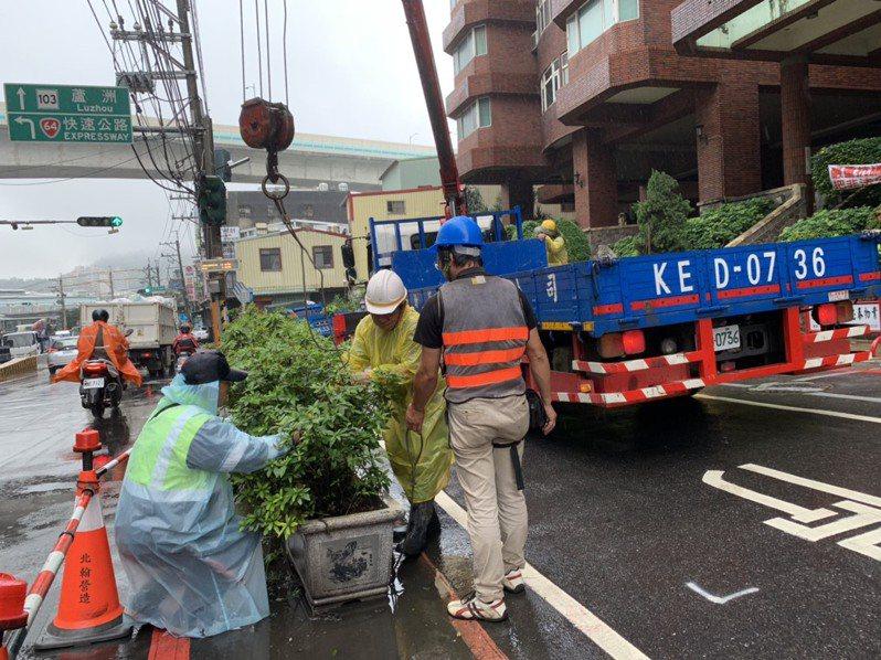 新北五股龍形天廈以路障圍起公有地,作為社區停車空間,昨天被清除。圖/新北交通局提供